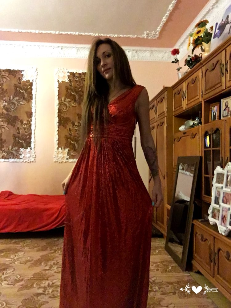 Шикарное платье, я в восторге. Сшито хорошо, немного сыпятся палетки, но не критично. Доставка быстрая, трек отслуживался. Спасибо продавцу!