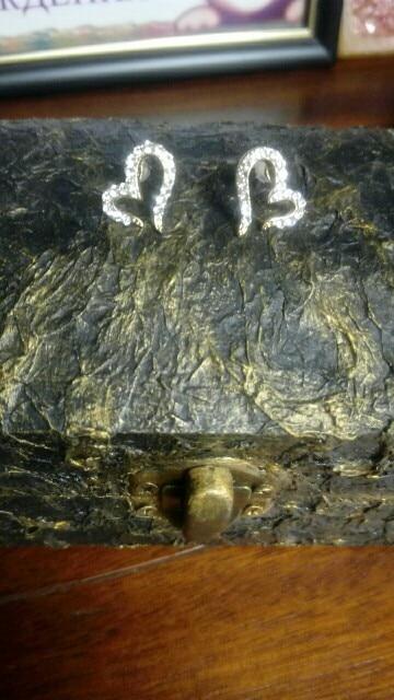 Сережки красивые, миниатюрные. Качество хорошее. Все камушки на месте. Соответствует описанию и фото.
