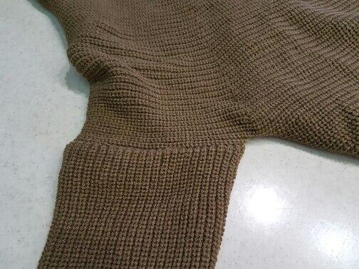 Отличный  свитер. Пришёл за 3 нед. Запаха нет. Торчат нитки, но немного. Тёплый.  К телу приятный.Немного не тот цвет.Больше цвет -хаки.Думаю потом заказать ещё в другом цвете. Второй раз заказываю у этого  продавца  Очень хороший и ответственный. Однозначно  рекомендую.