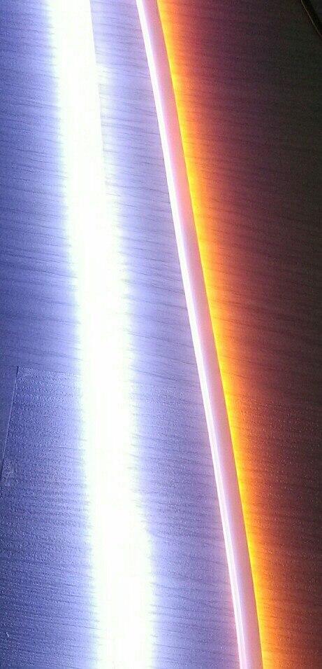 белый цвет горит как и должно ярко и светит в правильном направлении, вперед. при включение желтого, желтый чуть светит, из-за того что он направлен не вперед как белый а назад в противоположную сторону, то есть если установить ленту на авто то желтый свет будет светить в сторону крепления и использовать в качестве поворотных сигналов невозможно, их не будет видно что они работают