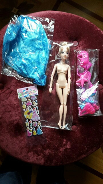 хорошая кукла. продавец положил подарок - красивые наклейки. Спасибо!