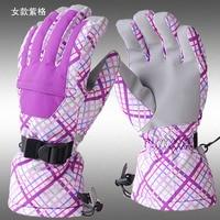 теплый и профессиональный мужчин и женщин на открытом воздухе верхом на холодный ветер и водонепроницаемый перчатки