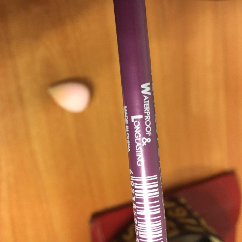 Очень классный карандаш , пигментный , не сухой , жирный. Написано на нем что долговременный и водостойкий . Заказывала темно коричневый , мне подошёл , без рыжины !! Всем советую .!!!