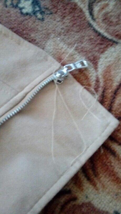 куртка замшевая взяла М на парометры 90-72-90 замечатьльно подошла. но насить можно при + температуре. мнемного тарчат нитки но это не критично.
