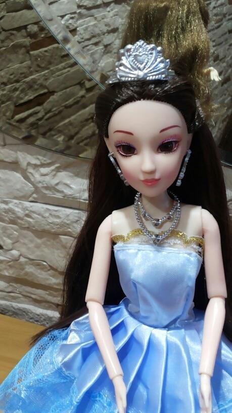 приехала кукла ,красивая ,качество не плохое.порадовала подставка для куклы ,аксессуары имеются. огорчило  что волосы прошиты так ,что их невозможно полностью распустить.но в общем за эту цену много всего! вещи барби ей подходят,так что можно развлекаться. продавец положил в  подарок наклейки ,очень щедрый.  спасибо продавцу за качественный товар! рекомендую.