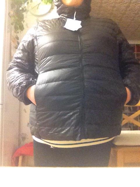 Куртка отличная, внутри пух, кроме капюшона, там синтепон и небольшой косячок. Но не суть. Очень советую в дикий холод надевала под свой пуховик! Спасибо продавцу за подарочек) пришел за месяц. Все по размеру. Мои параметры 133-115-102, 7хл подошел