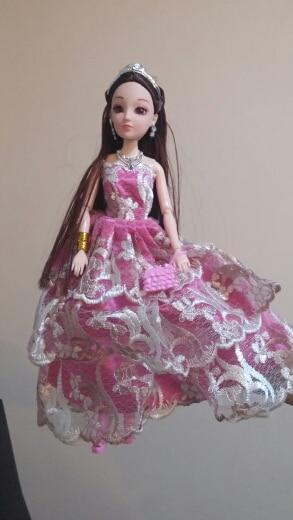 Кукла прикольная! Множество всяких прибамбасов, волосы похожи на настоящие,а не на мочалку.Был небольшой запах от платья,но исчез после стирки. Заказчица довольна;)
