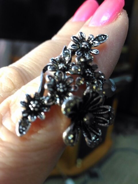 Кольцо красивое, но камни приклеины неровно.Шло больше двух месяцев.