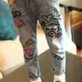 Nuevos 2016 chicas casual Jeans salvaje lavar niños de dibujos animados de graffiti pies pantalones vaqueros para niños niñas niños alta calidad denim Jeans