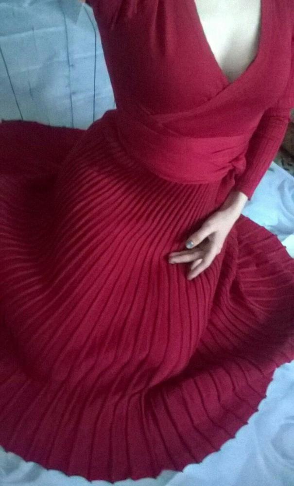 Плиссированное платье цвета спелой вишни