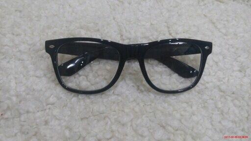 Очки очень классные, не имеют ни одной царапинки, отличные! Упакованы хорошо, в общем пришли в отличном состоянии. Советую. С продавцом не общалась