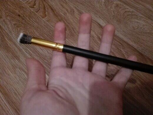 Кисть мягкая, очень приятная, без запаха. Ручка удобная, крупная, не скользит. Растушевывает хорошо, даже очень. За такие деньги, советую ;)))