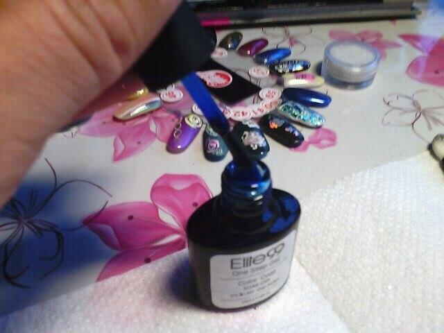 цвет синий сапфир 6037 красивый, но прозрачноватый. только сверху какого-то цвета красить. не поняла прикола one step gel. его если одного наносить и снимать липкий слой, то он матовым становится. это что, однофазник? нет, это просто прозрачный неоновый лак. фигня, не берите.
