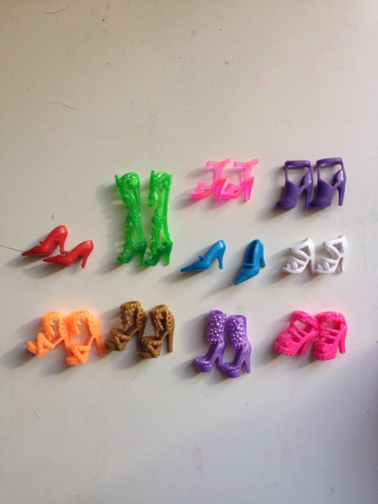 Туфельки хорошие, но для нашей куклы подошли не все. Зеленые, сиреневые высокие и розовые плотные самые маленькие - нормально, остальные просто огромные. Видимо на монстрих или каких-то других кукол