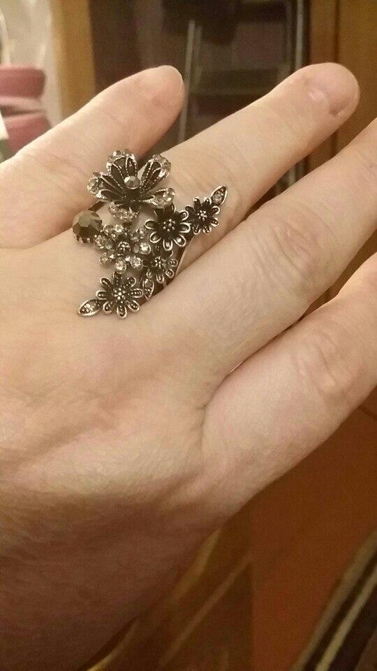 До Москвы дошло быстро, за три недели. Кольцо очень красивое. Размерной таблице соответствует. Упаковано было нормально, пришло без повреждений. Заказывала разм.9. На средний мой палец не налезло, на безымянный - чуть велико. Для безымянного пальца я покупаю кольца 18,5.