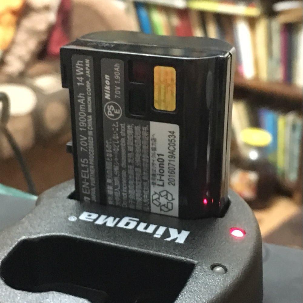 Описание товара не соответствует действительности!!! Емкость этого аккума не 1900 мАч - а конкретно 75% от оригинальной!!! Тестировал по несколько раз на камерах d750 и d7000, сравнивал с оригинальными аккумами. Так например, в режиме записи видео, данный аккум на d7000 разряжается за 80 минут, на d750 за 60 минут. Для сравнения, оригинальный аккум при записи видео на d7000 держит заряд 120 минут, на d750 - 80 мин. Во-вторых вес данного аккума 78 грамм, а оригиналы весят по 87 грамм. И заряжается он на полчаса раньше, чем оригинальный. По этому такая оценка. Покупкой доволен только из-за цены.