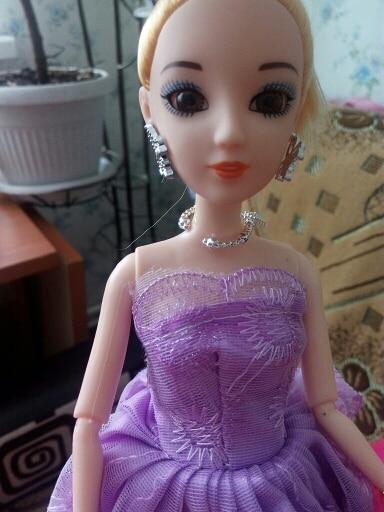 хорошая кукла очень понравилась.продавец хороший прислал в подарок наклейки.кукла без запаха шла 1.5 месяца кукла стоит своих денег
