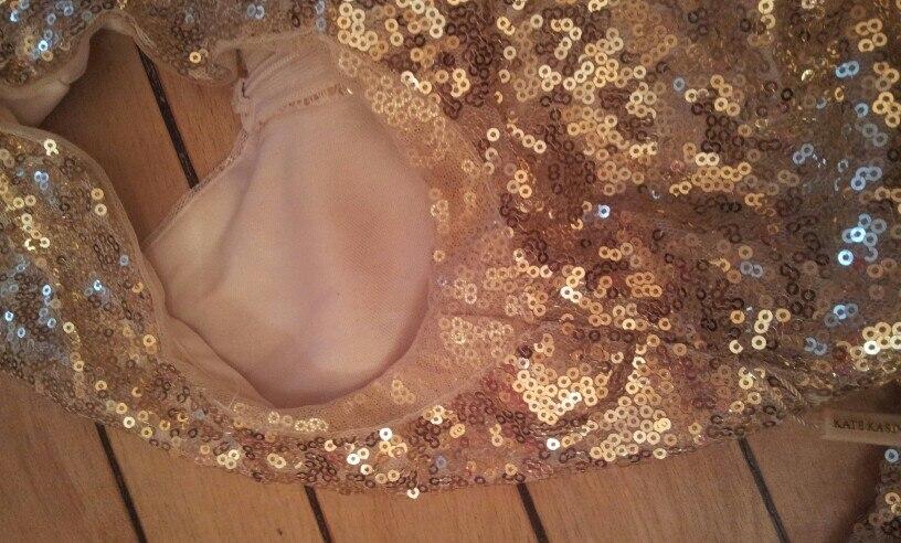 платье дейстыительно очень красивое. заказывала в золотом цвете. подкладка до пола,воне подмышек сделана вставка из сетки,чтобы не царапать руки.на рост 171 и параметры 83/64/93 взяла 4 размер. у меня все подошло хорошо.единственное-если хотите иметь линию именно на талии -на такой рост надо брать больше. платье тянется оно на сетке. мне нравится вариант под грудью. длинна платья с моим ростом до пола на каблуках около 12-13 см.на счет отправки-мне платье отправляли в районе 2 недель!!!!!пришло тоже недели за 2. т.е.полностью мой заказ осуществлялся около месяца. на платье есть бирка и упаковано в фирменный пакет