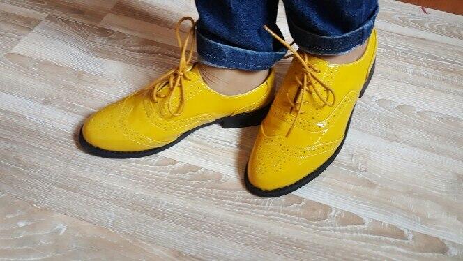 Отличные туфли, стильные. Действительно - натуральная кожа. Запах, конечно от подошвы есть, но не критичный, на воздухе все выветрелось. На размер ноги 23 см. подошла 6 по таблице продавца. Туфли не маломерят и не на узкую ногу- вообщем нога чувствует себя комфортно. Доставка быстрая. Спасибо продавцу за порядочность и подарки!)