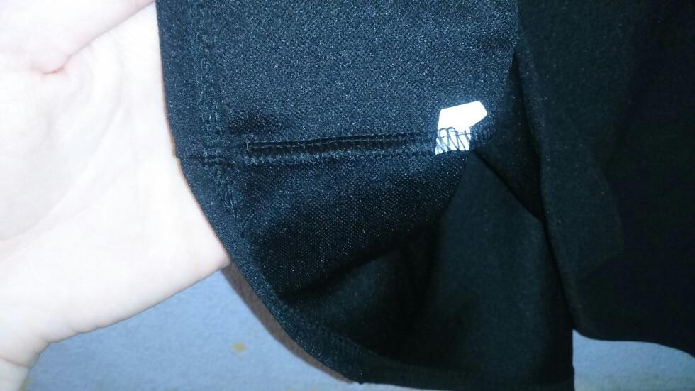 хорошая ткань, приятная. швы все ровные. но мала( и очень короткая.  подойдет на стройных девушек. рекомендую. спасибо продавцу за чудесный подарок!