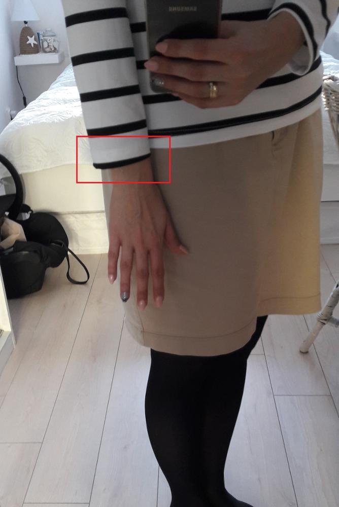 Bluzka ze sztucznego materiału, rozciąga się. Zamówiłam dla siebie w rozmiarze XL (biust 96 cm) i dla siostry w rozmiarze XXL (biust 100 cm). Rozmiary pasują idealnie. Jedyne mankamenty to: brud/kurz na jednej z bluzek oraz trochę za krótkie rękawy. Ogólnie wygląda dobrze. Mam nadzieję, że będzie się fajnie nosić. Zamawiałam 31.01., przesyłka przyszła 15.03. Trochę za długo.