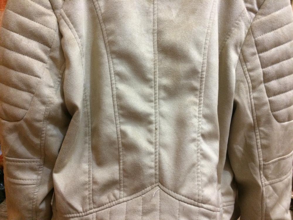 """Заказав эту куртку, я как то особо не обратила внимания на то, что она сделана из искусственной замши. То есть, от мелкого дождика вас эта курточка не спасет, а скорее она покроется мелкими некрасивыми пятнами. Куртка очень лёгкая. Мы с мамой пришли к выводу, что это даже не куртка, а обычная кофточка. Серьёзно, ее плотность идентична обычному кардигану, который так же не спасет вас от влажной погоды.  По длине претензий нет. Я люблю супер коротенькие куртки, которые доходят до талии, может чутоку ниже. Рукава как и у других косух широкие, длинные.. Ниточек на куртке торчит МНОГО. Ещё прикрепила фото (последнее), где куртка висит на спинке стула. Хотела показать, что ткань сильно морщинится, и это не разглаживается. То есть, вот такую картину будут наблюдать прохожие, когда """"курточка"""" будет расстёгнута."""