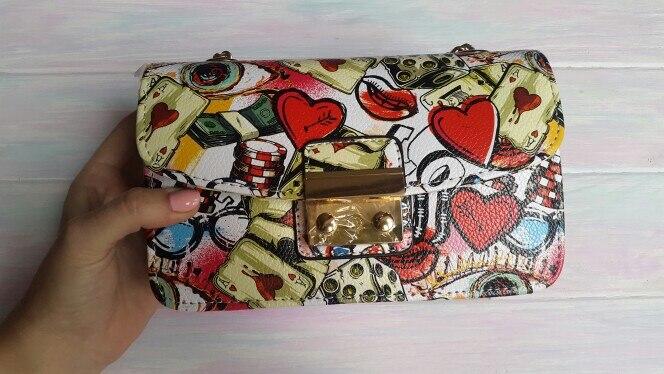 От сумочки просто в восторге, отличного качества, без изъянов! была отлично упакована, внутри был пакет с воздухом, благодаря которому сумка не потеряла форму! очень яркая, стильная, качественно сделана! я довольна! продавец положил в подарочек резинку для волос! спасибо !