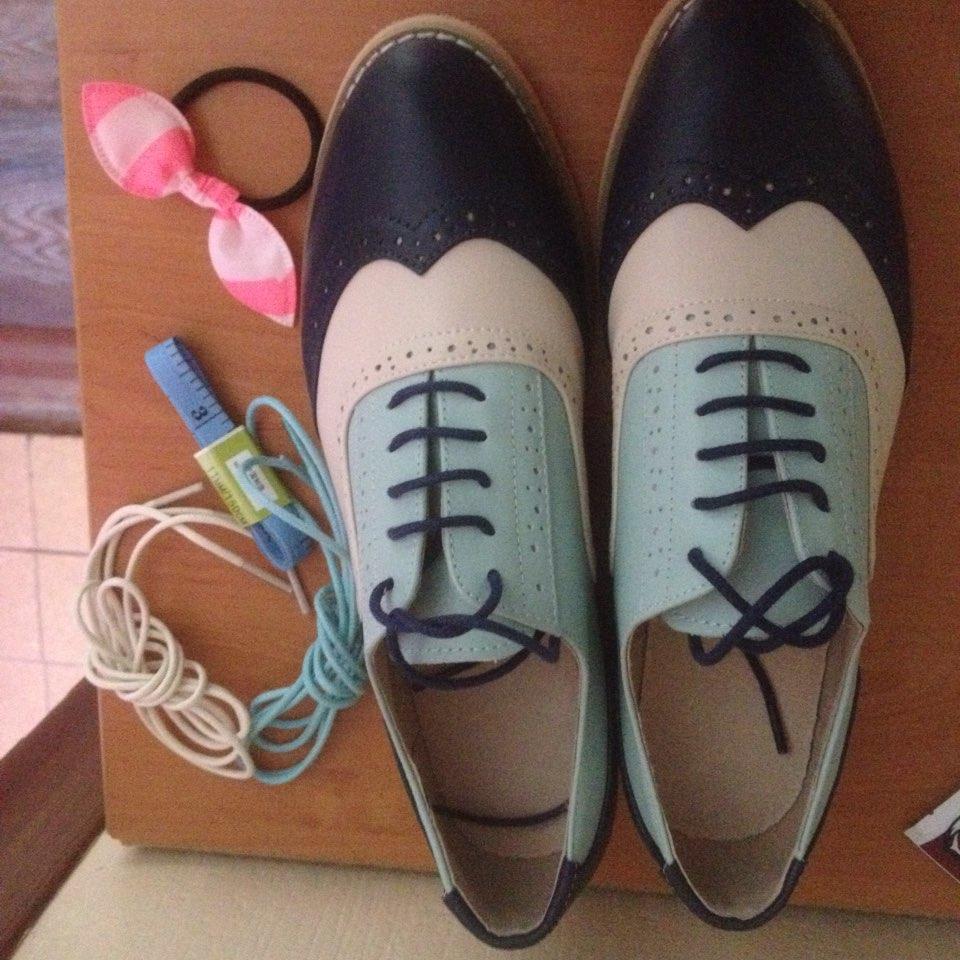 Огромное спасибо продавцу. Эти туфли шикарны. Размер 7,5 четко подошёл на мой 37,5. Курьер доставил посылку прям к дверям. В комплекте 3 шнурков. В подарок резиночка и сантиметр-это порадовало. Единственное сильно пахнут, ну Я думаю выветрятся.