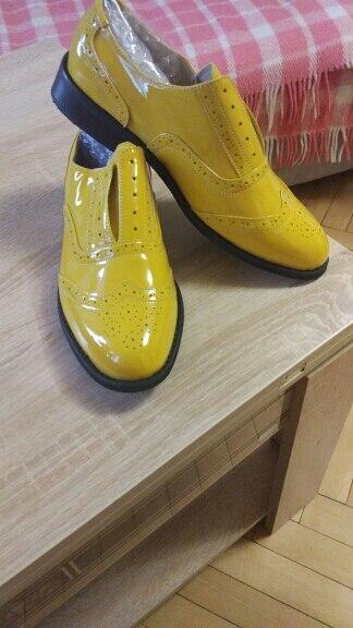 нормальные ботинки, клея не видно прошитые, пованивают но надо проветрить.