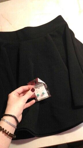 Заказывала 11.11, пришла 29.11 (трек отслеживался) Очень понравилась юбка, без дефектов, швы ровные, приятная ткань на ощупь, есть небольшой запах Почитая отзывы - взяла размер xl, подошла, но на рост 165 - чуточку бы подлинее С продавцом не общалась Улыбнуло, когда нашла подарочек(серёжки), спасибо! Думаю, что закажу ещё в другом цвете! Покупкой очочоч довольна, рекомендую!!