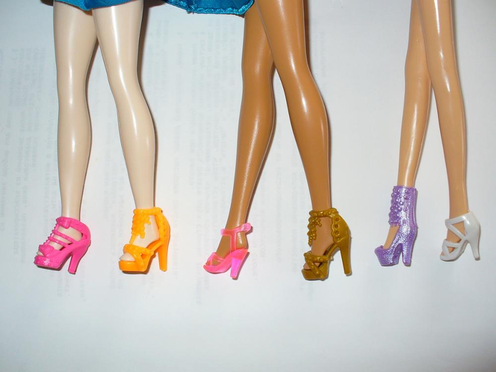 Туфельки разных размеров, некоторые сидят очень плотно, другие свободно, а  синие и красные легко сваливаются с ножки барби