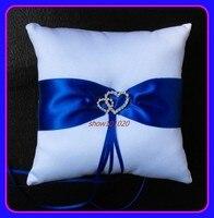 из белого атласа обручальное кольцо подушка с голубыми лентами / подушка