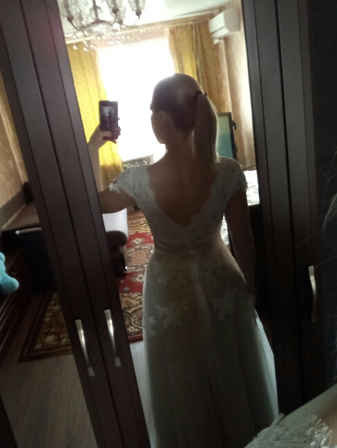 покупкой  довольна, но есть и минусы. оплатила 3 марта,  продавец  обещал сшить за 7-10 дней. я попросила фото  готового платья перед  отправкой,а  13 марта  напомнила  ему про фото.  он извинился, сказал что забыл про фото, а платье  отправил. но оказалось что это вранье. отправил  он платье 25 марта и прислал фото. 30 марта заказ  был в Москве, 4 апреля в моем  городе.  платье  шили по моим меркам,  но все равно  оказалось  большое в объеме  груди,  ткань синтетика,  срез у юбки  неровный.  открою  спор на возврат части денег.