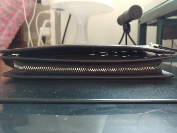 배송이 느린 편입니다. 지갑의 완성도는 조금 떨어져 보입니다. 지갑의 표면은 좋은 편입니다.