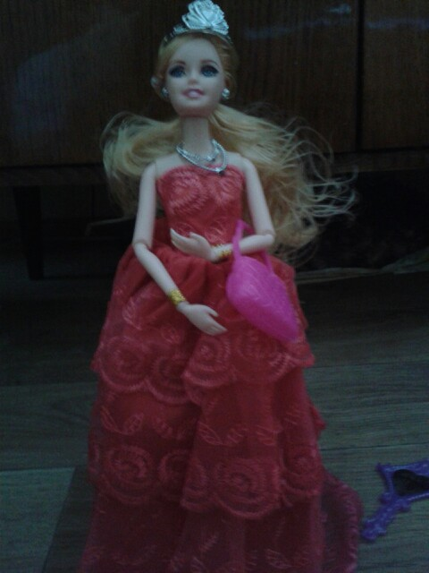 Кукла отлично.  Очень красивая. Пластик крепкий. Волосы прошиты по всей голове, залысин нет.