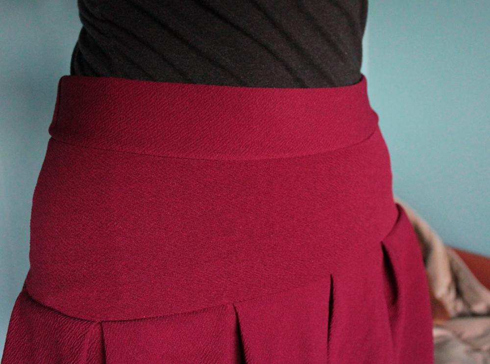 Доставка 13 дней. Юбка очень хорошего качества, швы ровные, тонкая. Красиво лежат складки. На талии 65 см сидит хорошо, есть запас. Был не сильный запах хим. красок, который быстро выветрился. Длиной устраивает. Серёжки в подарок. На фото юбка сразу из пакета - не проглажена.   Shipping took 13 days. The skirt quality is very good, flat inseams, thin fabric. beautiful pleats. It fits for waist 65 cm, I think that for 65+ cm fits also. The skirt had not strong smell of chemical paints but it quickly gone. Skirt length  is suitable for me. Earrings for present. In the pictures the skirt without ironing.