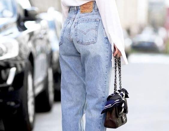 Надевая такие джинсы сразу становишься модным и стильным! Носить такие джинсы классно с намекающими на стильные 90-е например, объёмной джинсовой курткой или жакетом, бомбером, хлопковой футболкой, свитером с воротом хомут, длинным пальто