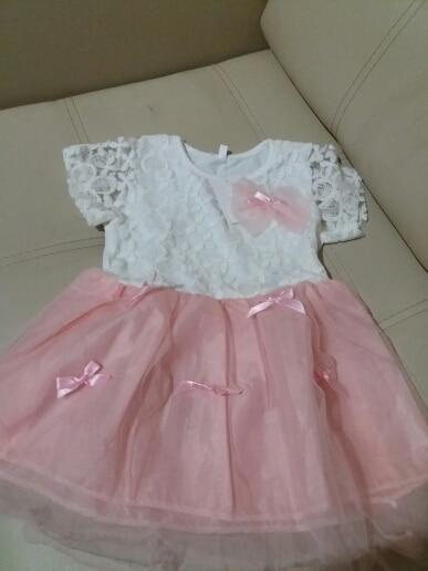 Платье понравилось, только цвет на фото- персиковый, а пришёл розовый. Для меня не критично. Запаха нет, швы ровные. До НиНо пришло за 22 дня.