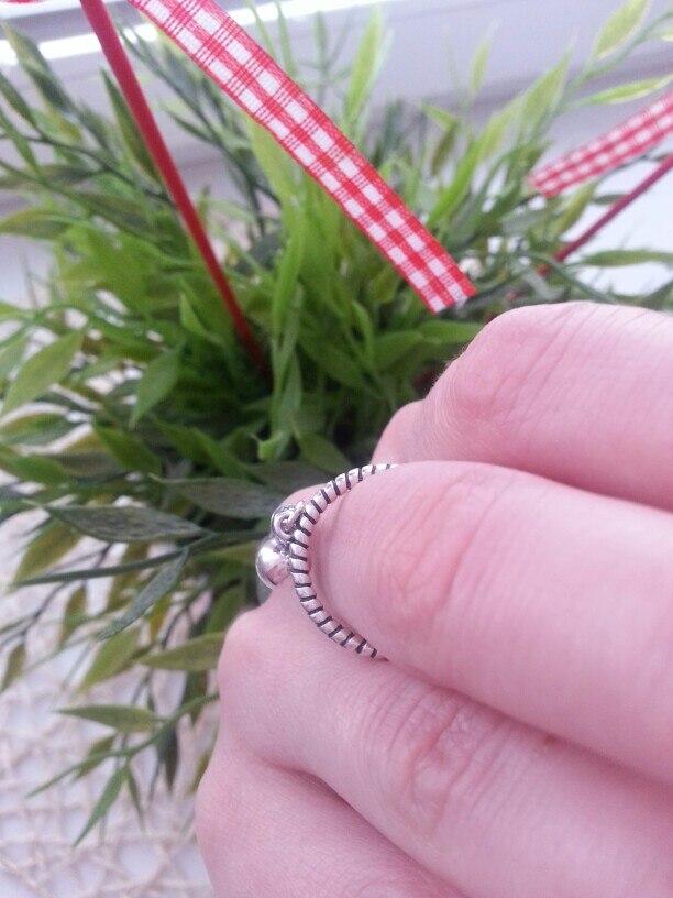 Кольцо супер!!! Очень понравилось. На мой средний палец, даже полностью сомкнутое, большевато.На указательный впору. Товар и продавца однозначно рекомендую!!!