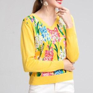 Image 2 - 2019 свитер женски de moda de la manga larga de las mujeres de cuello en V moda suéter 2XL amarillo flor prenda de punto impresa de lana de alta calidad