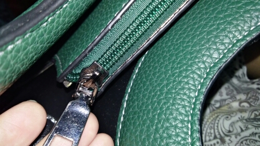 2019 new European and American handbags hit color wide shoulder bag photo review
