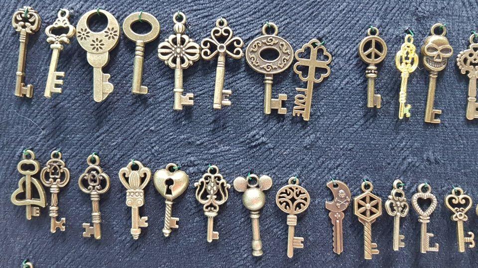 Set of 70 Antique Bronze Keys photo review