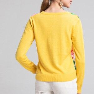 Image 3 - 2019 свитер женски de moda de la manga larga de las mujeres de cuello en V moda suéter 2XL amarillo flor prenda de punto impresa de lana de alta calidad