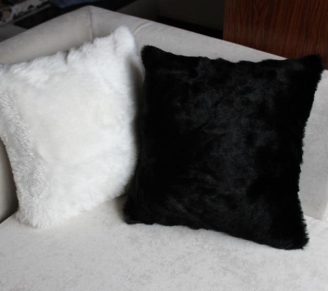 45 45cm European Style Milky White Black Color Faux Fur Pillow Cover
