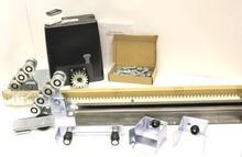 Привод для автоматических откатных ворот DKC800 c монтажной пластиной, зубчатой стальной рейкой и комплектом консольного оборудования.