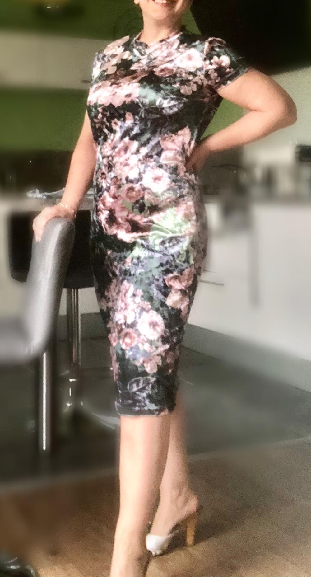 PLUS SIZE Elegantné lesklé kokteilové puzdrové kvetinové šaty bbe7273948