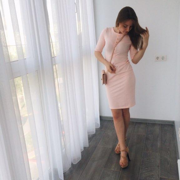 Платье при ходьбе поднимается