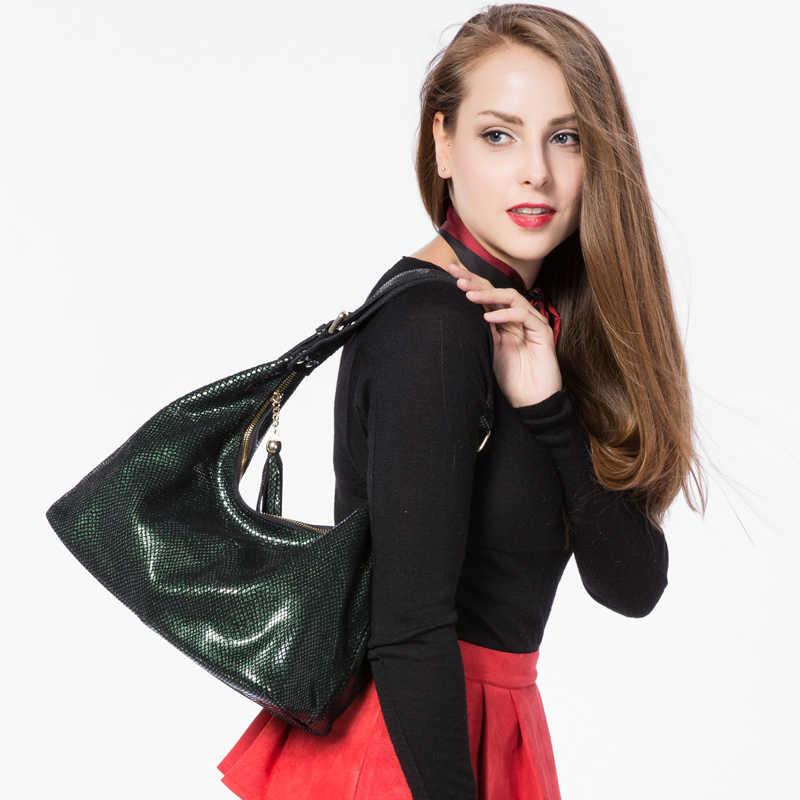 Женская кожаная сумка хобо с кисточкой REALER