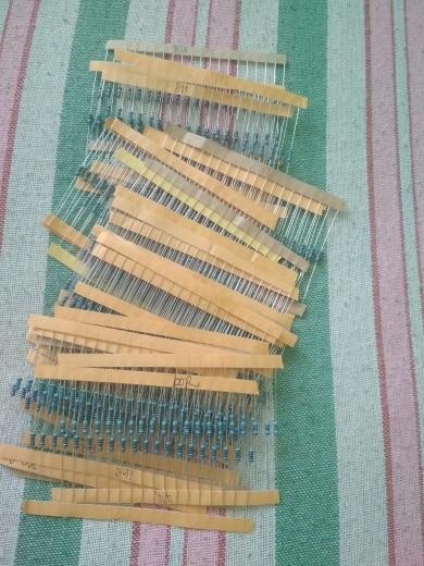 600PCS/LOT 1/4W Metal Film Resistor Kit 1% Resistor Assorted Kit Set 10 ohm-1M ohm Resistance Pack 30 Values each 20 pcs