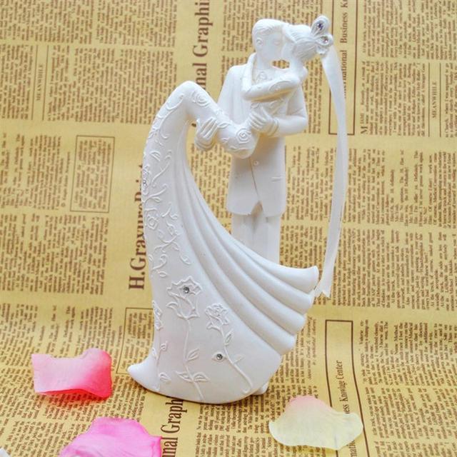 ロマンチックな置物花嫁新郎抱擁とキス独身パーティー花嫁花婿の結婚式のパーティーの装飾